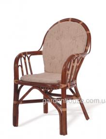 Обеденный стул из натурального ротанга с подлокотниками и мягкой спинкой