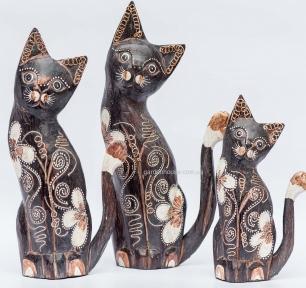 Семья расписных кошек